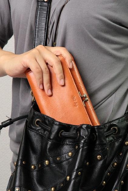 バッグから財布