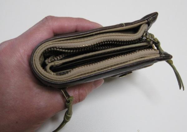 分厚い二つ折り財布