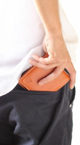 パンツの後ろのポケットから出す