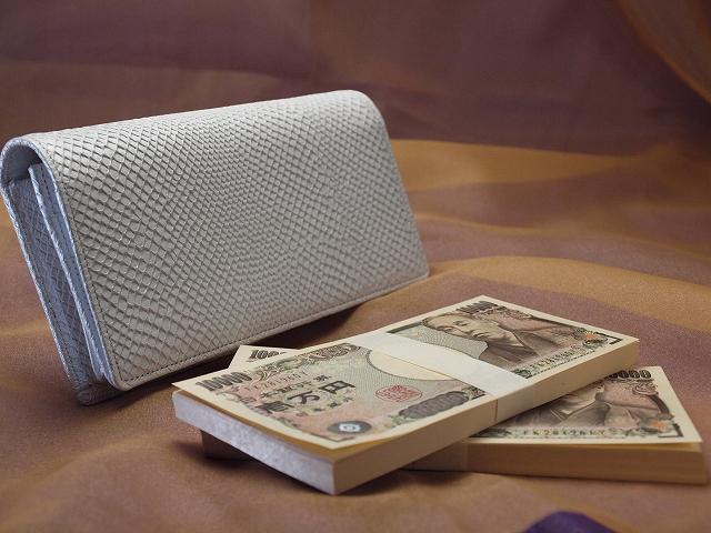 200万円入る白蛇の長財布