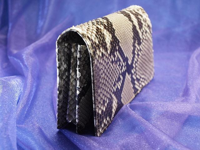 本物の錦蛇で作った200万円入る財布