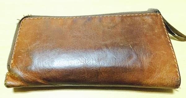使用感のあるクリードの財布