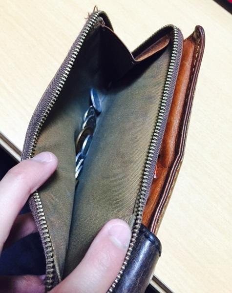 ボタンを外さなくても取り出せる小銭ポケット