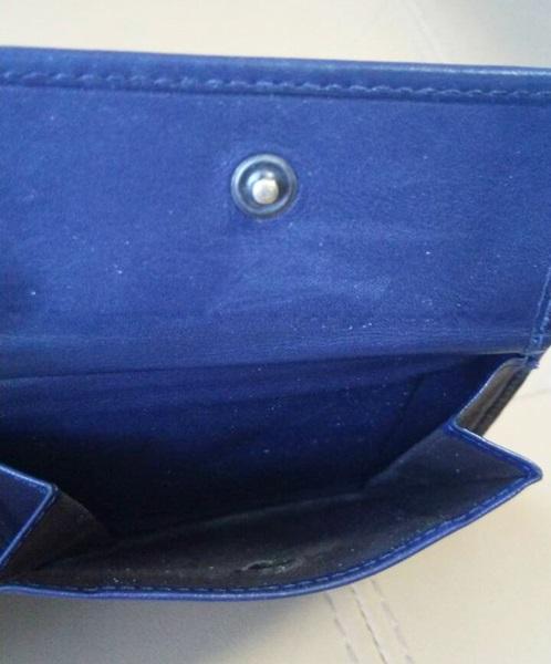 ネイビーのボッテガヴェネタの二つ折り財布