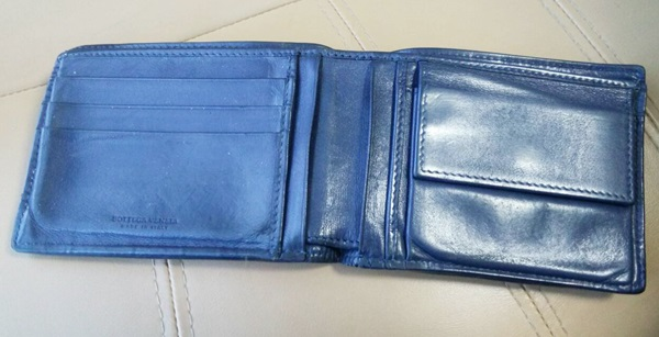 ボッテガヴェネタの二つ折り財布内観