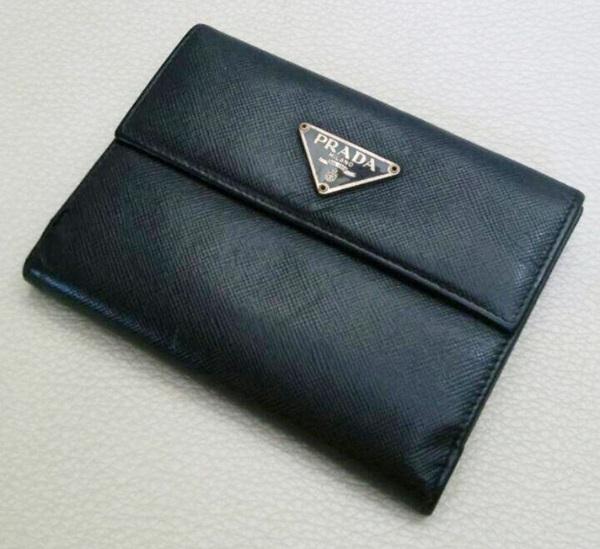 プラダ二つ折り財布