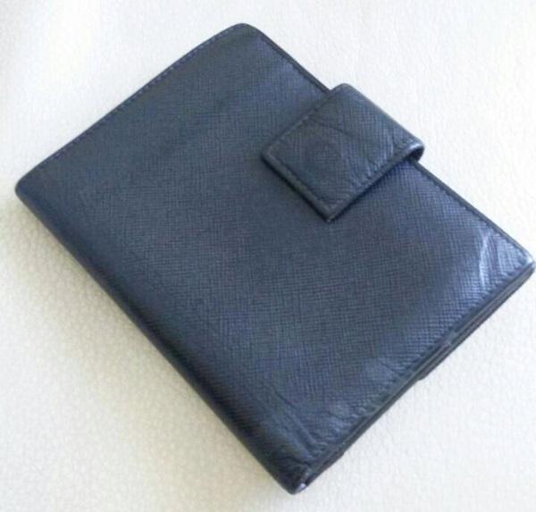 プラダ財布の裏側