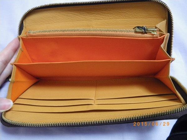中がオレンジの財布