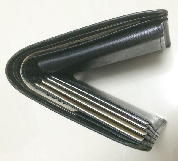 財布の角の部分にキズ