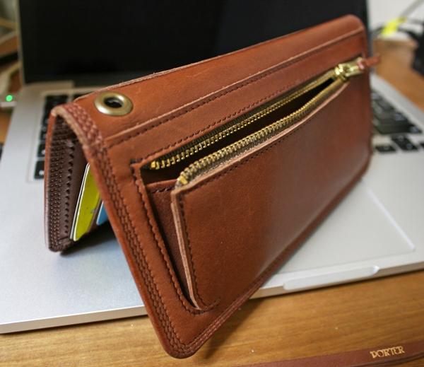 財布の外側に小銭入れがついている