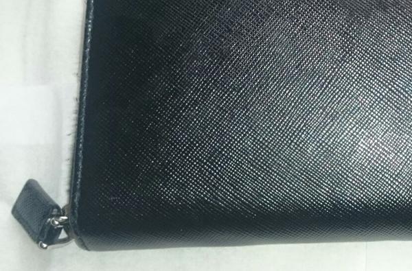 キズが付かないプラダの財布
