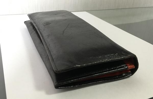 細身でスタイリッシュな風貌タケオキクチの長財布