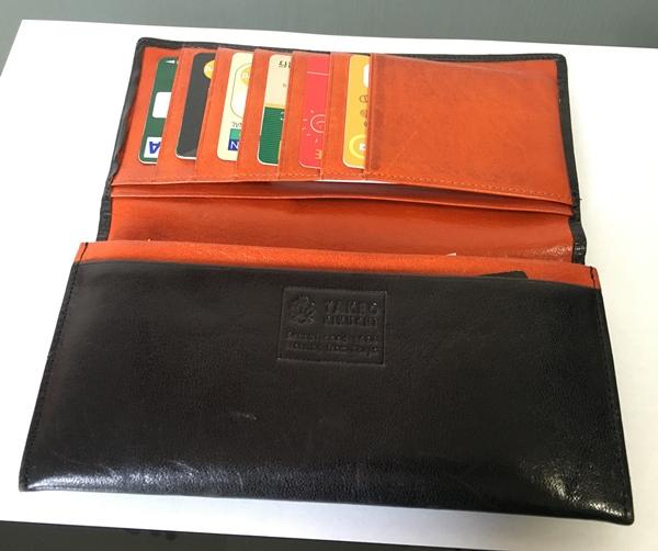ポップなオレンジカラーの財布