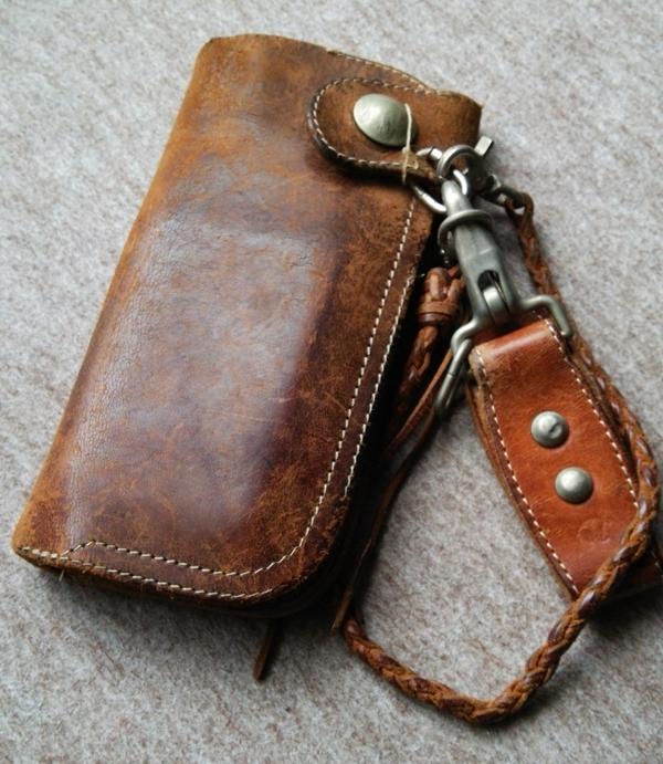 手に馴染むレッドムーンのメンズ財布
