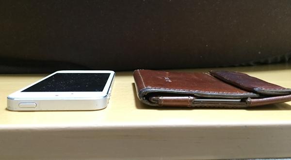 iphoneと比べたアブラサス薄い財布の厚さ