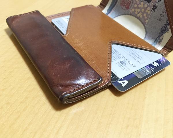 薄いながらも収納力に優れているアブラサスの財布