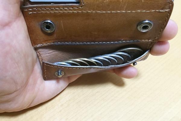 アブラサスの薄い財布は小銭を並べて入れる
