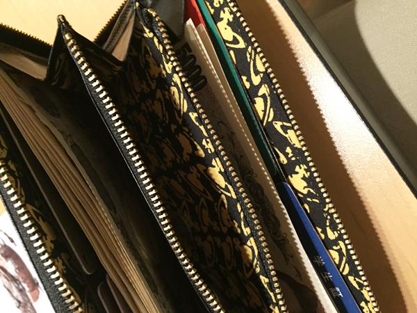 内装が派手なヴィヴィアンウエストウッドのメンズ財布