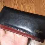 黒と赤のコントラストが美しいバーバリー ブラックレーベル長財布