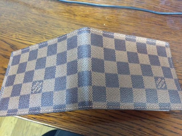 ダミエ柄のヴィトン二つ折り財布