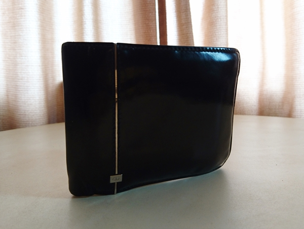 ビジネスシーンで使うためのディオールオム二つ折り財布
