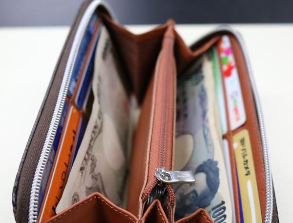 お札がシワになる状態のオロビアンコ財布