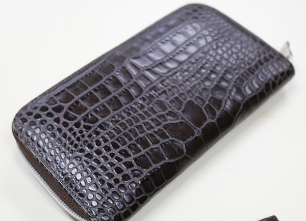 角に傷みが出てきたオロビアンコ財布