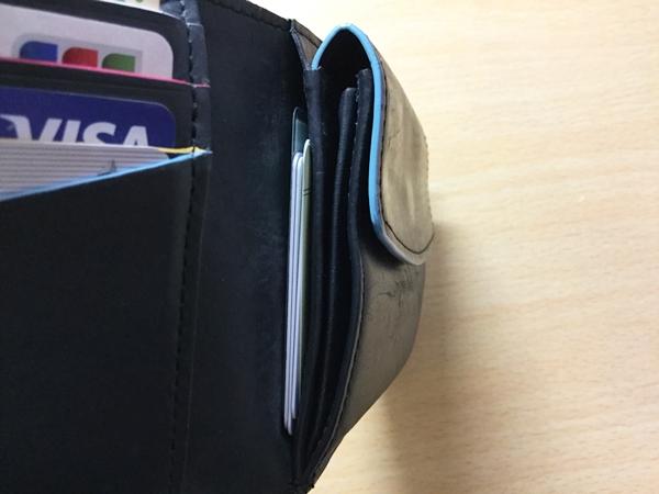 小銭入れの裏にカードを収納しているポールスミス