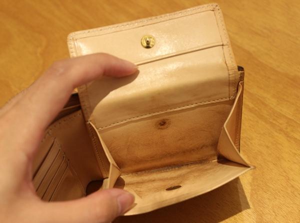 コードバン二つ折り財布の小銭入れ部分