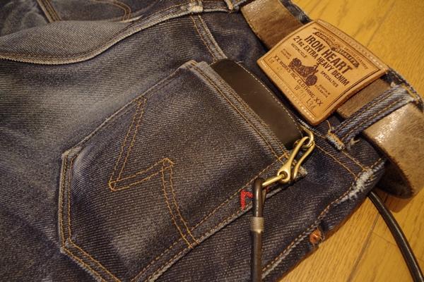 デニムジーンズによく似合う革蛸の財布