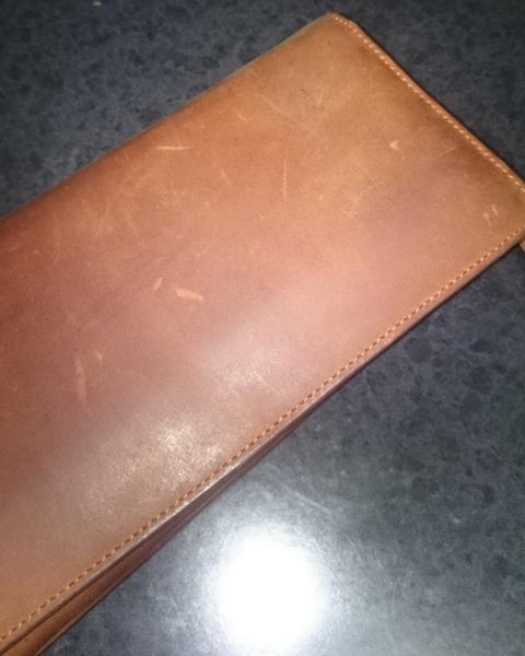 傷が付きやすいラルクドサンベルナールの革財布