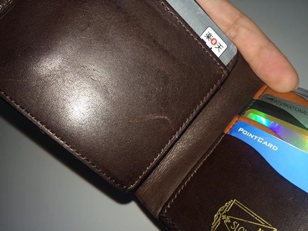 傷が付きやすいスロウの財布