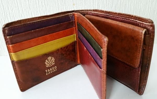 財布を開くとカラフルな色使いなタケオキクチ二つ折り財布