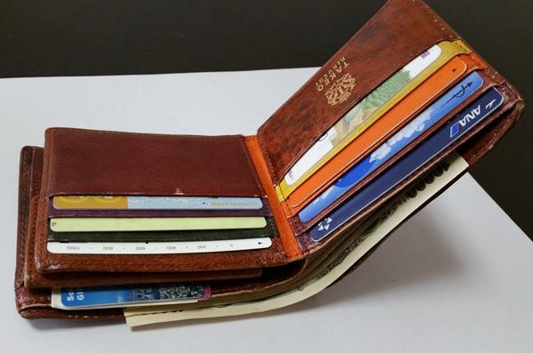 2つ折りとは思えない大容量の収納力があるタケオキクチの財布