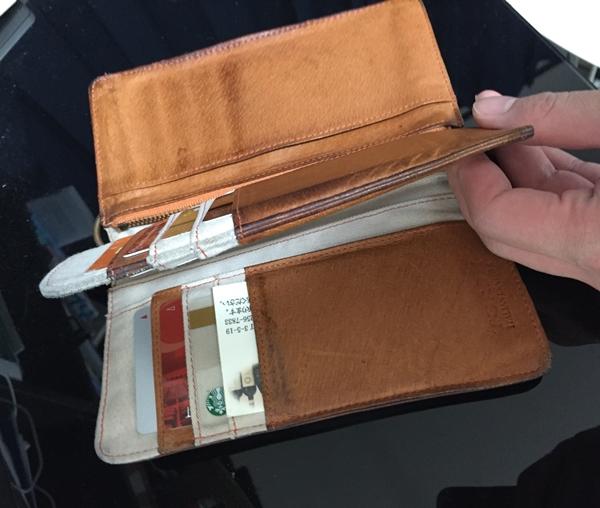 3開きになっているトリシュ財布の内部