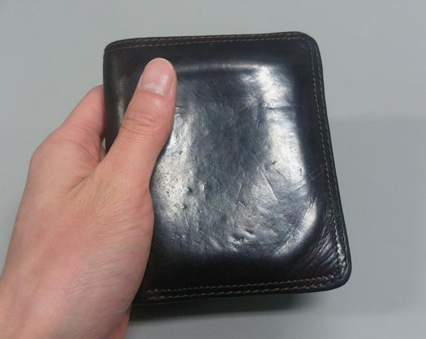 手のひらサイズより少し大きめの持ち心地が良いコルボ二つ折り財布