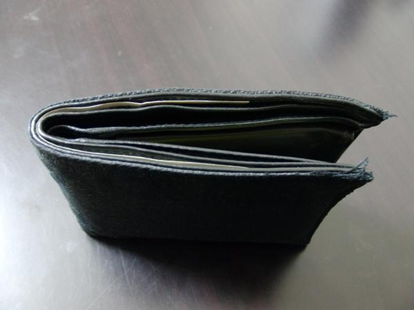 意外と丈夫ではないエンポリオ・アルマーニの二つ折り財布