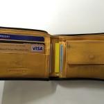 シックな黒の内側に鮮やかな黄色が魅力のエッティンガーの財布