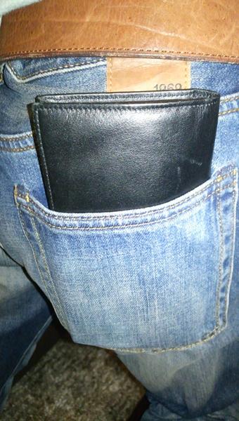 ズボンの後ろポケットに財布を入れている
