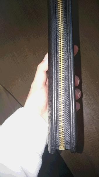 財布の持ち方によってそこの色合いが変化
