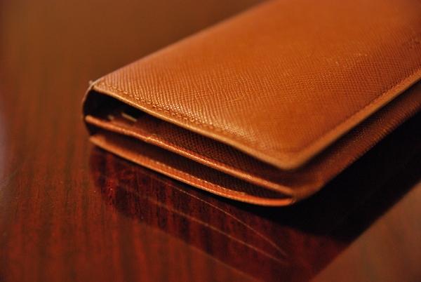 流線型の長財布