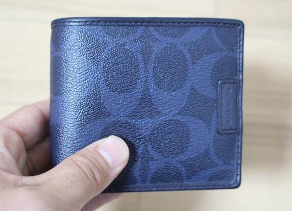 コーチ青の二つ折り財布