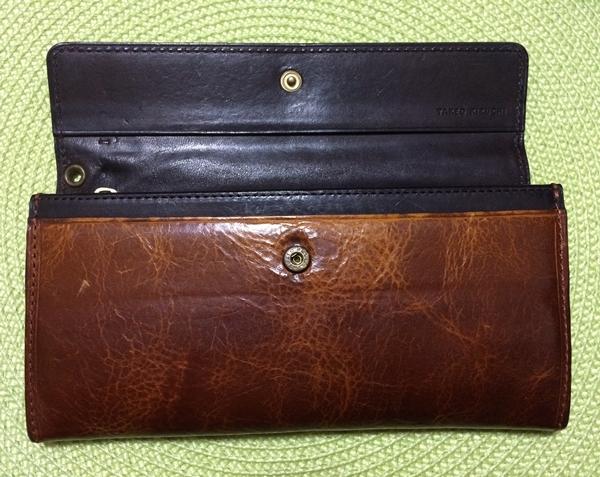 財布を開くのがファスナーではなくボタン
