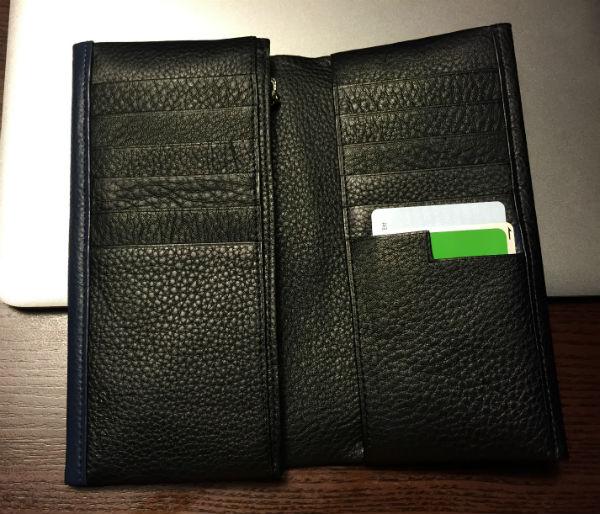 右側に7枚、左側に6枚のカード類が収納可能