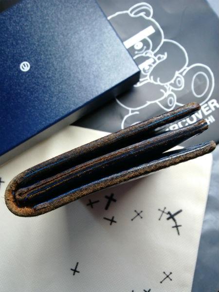 経年変化によるダメージやひび割れもこの財布のデザイン