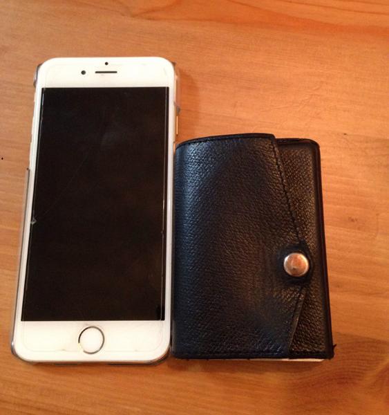 小さい財布とアイフォン