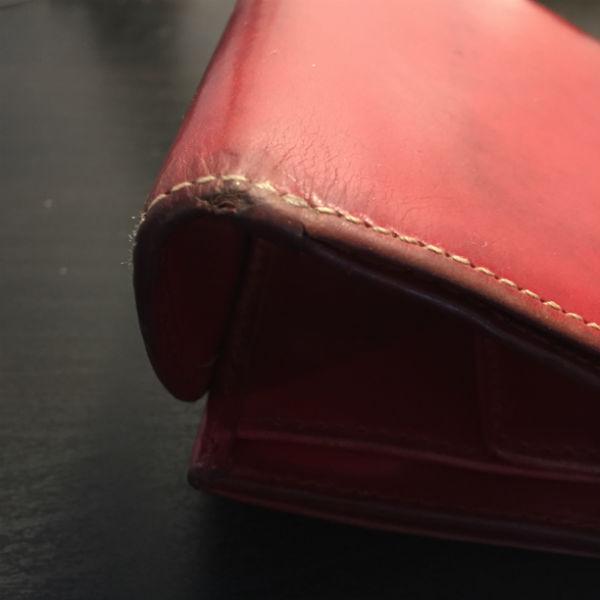 財布の角や折れ曲がる箇所は傷みやすい