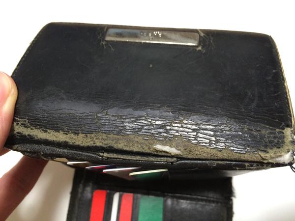 財布がパカパカ開かないように革の留め具