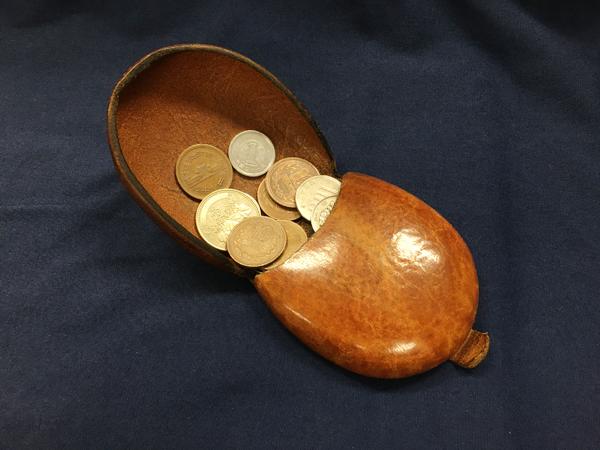 開けた状態で斜めにすると中の小銭が滑り出る