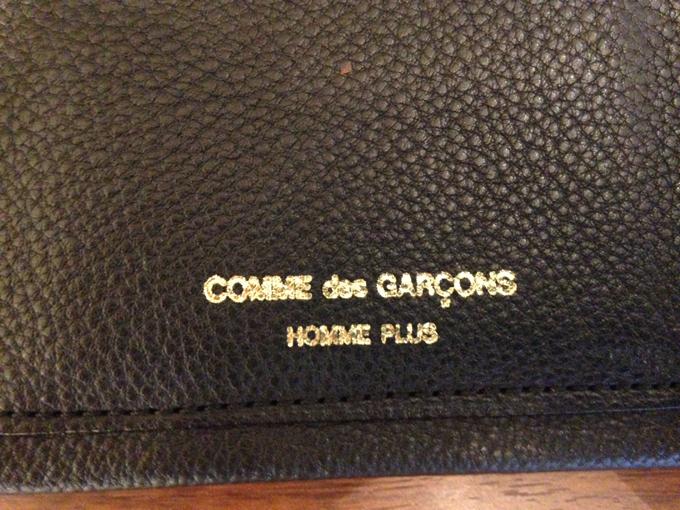 金色の「COMME des GARCONS HOMME PLUS 」のロゴ